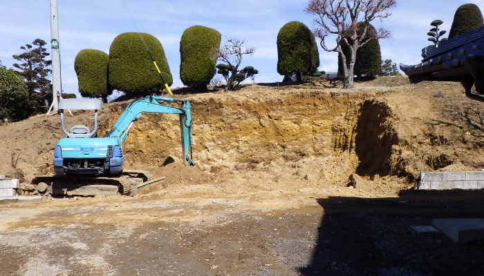 造園 重機での掘削 施工の様子