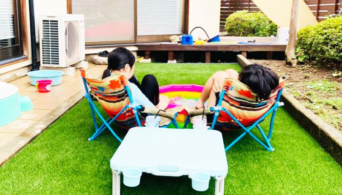 人工芝の上で子どもが遊んでいる様子